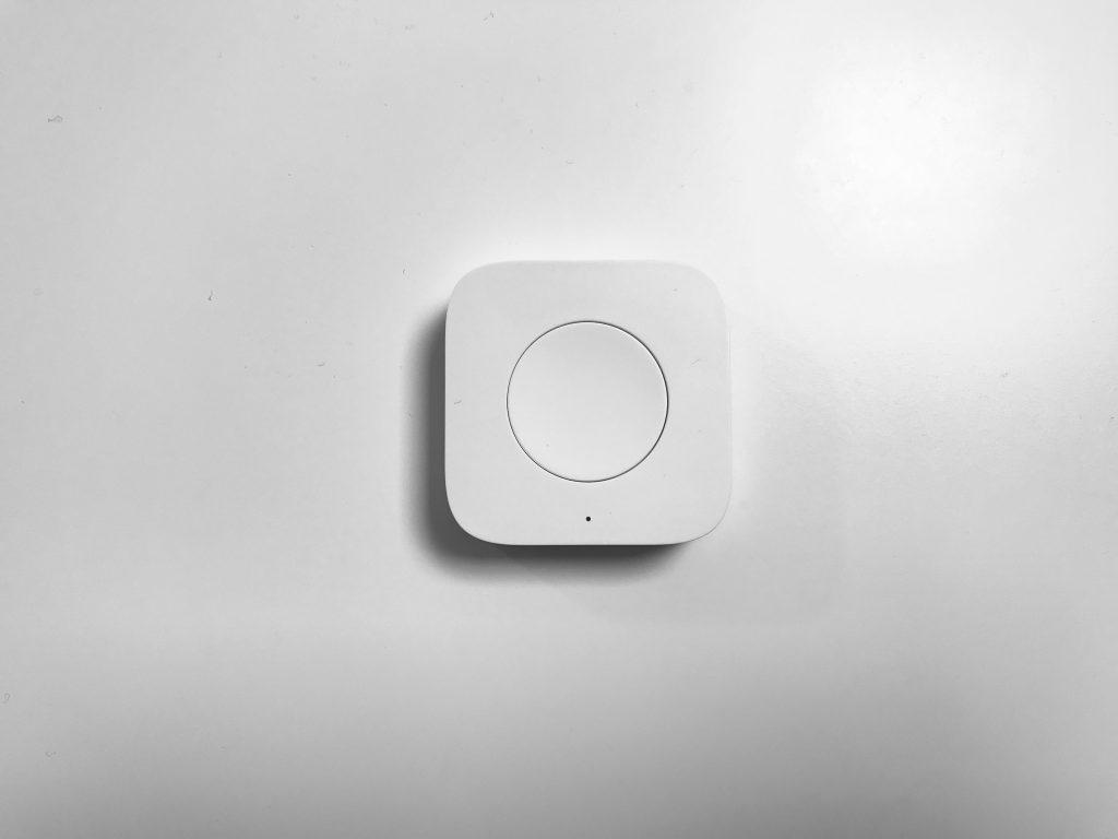 Mini Wireless Switch Oberseite. Zu sehen ist der Button und die LED Anzeige.