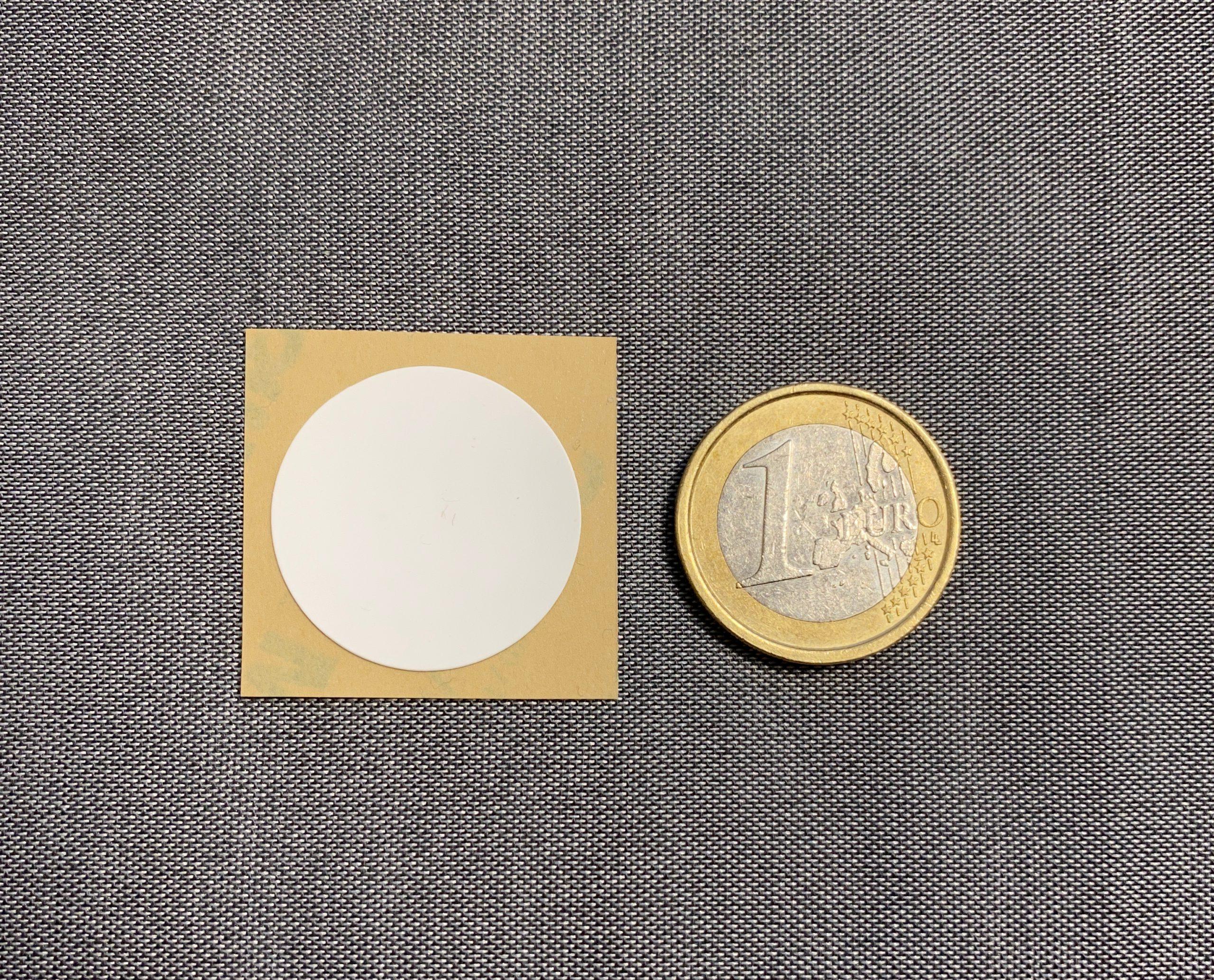 Größenvergleich eines NFC Tags mit einem 1 Euro Geldtsück