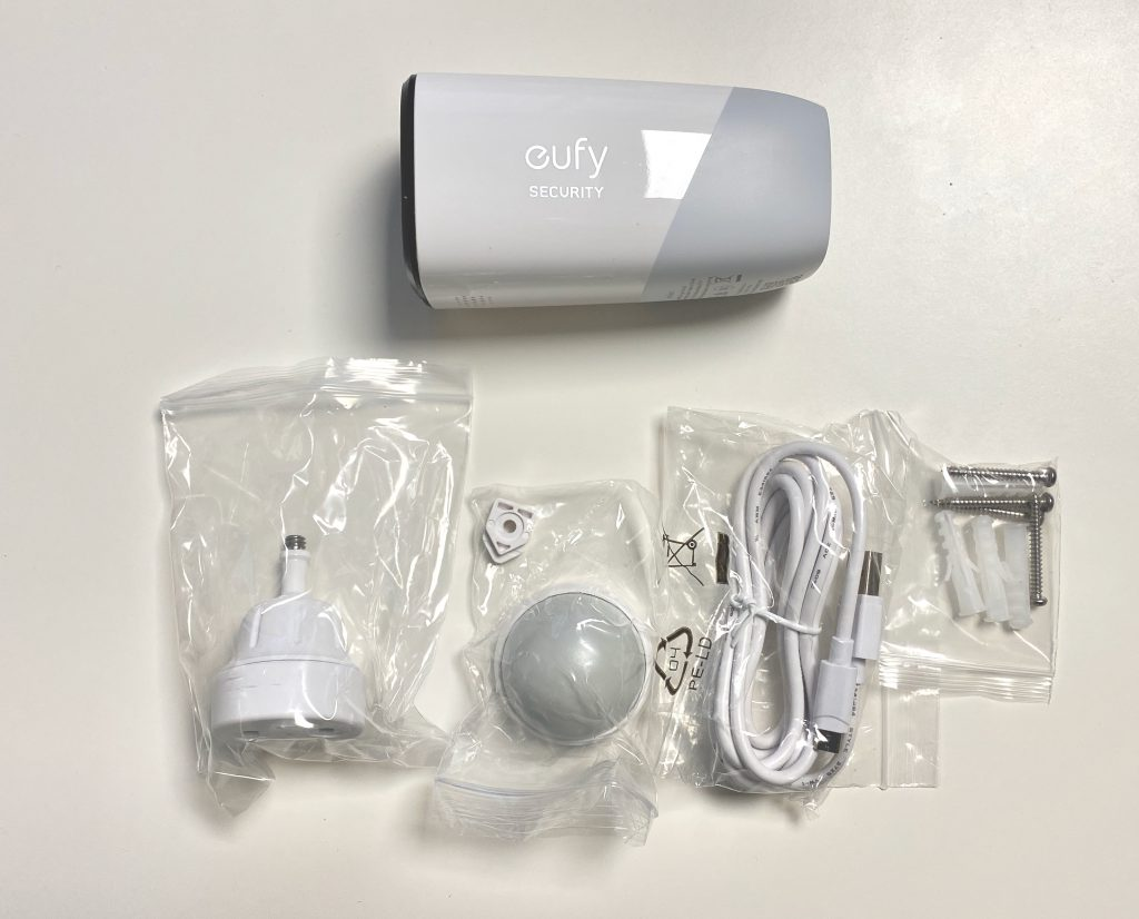 Packungsinhalt der eufycam 2 mit zusätzlichem Magnethalter.