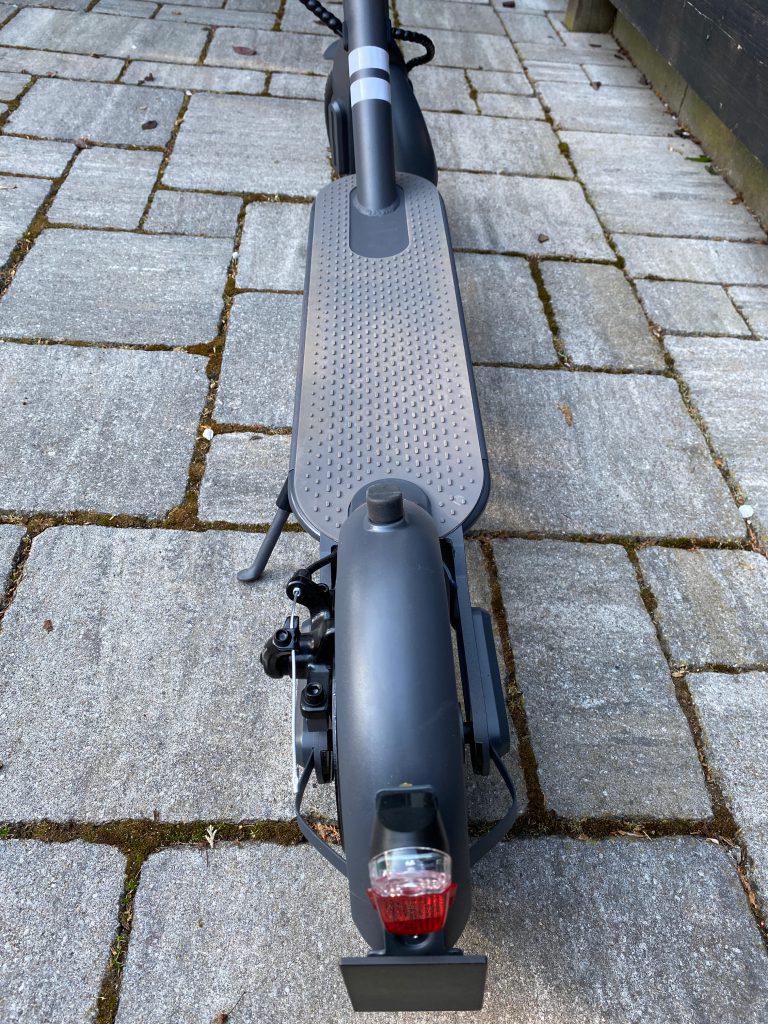 Trittbrett des Elektro Rollers mit gutem Grip