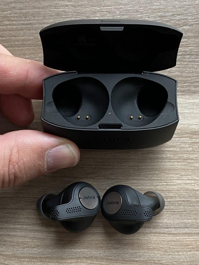 Geöffnete Ladeschale der kabelloses Kopfhörer von Jabra