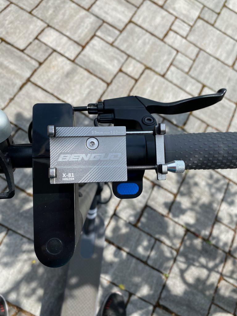 Telefon Halterung nach der Montage am Lenker des eScooter.