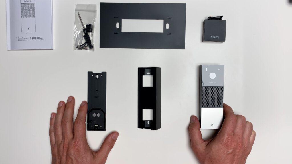Übersicht des Paketinhalts der smarten Videotürklingel.