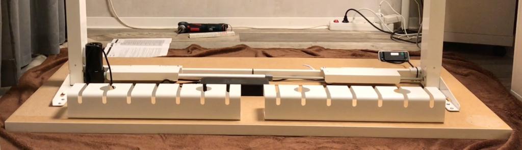Kabelkanal zur Montage unterhalb der Tischplatte aus Metall.