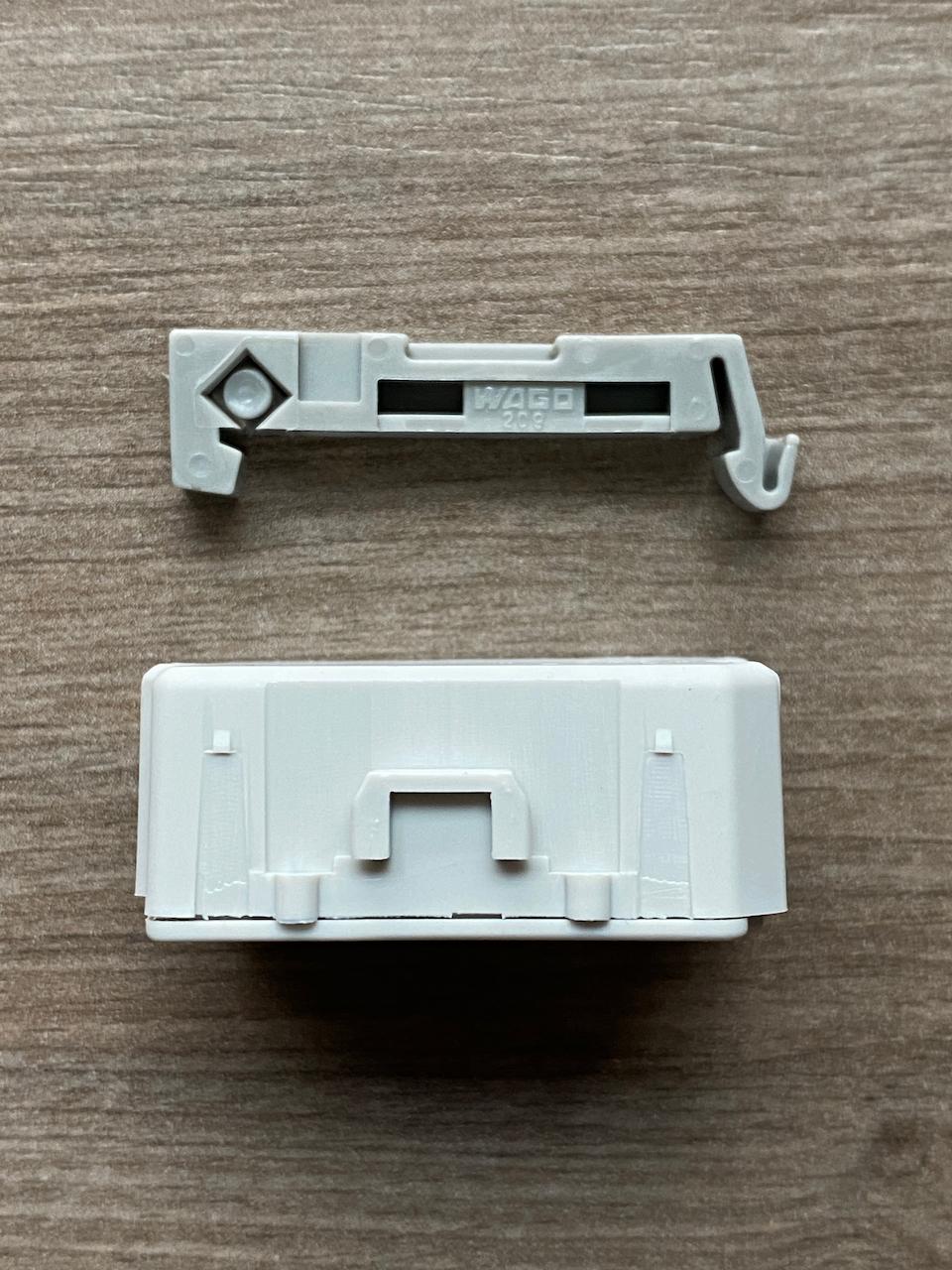 Der Homematic IP Dimmerkompensator lässt sich mittels erhältlichem Adapter auf einer Hutschiene montieren.