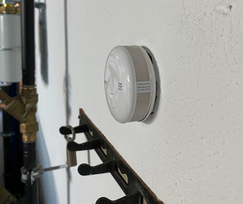 Das Bild zeigt wie klein und kompakt der Fibaro Co Sensor ist.