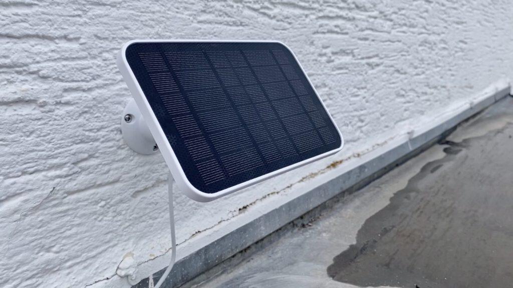 eufy Solarpanel fertig montiert an Außenwand.