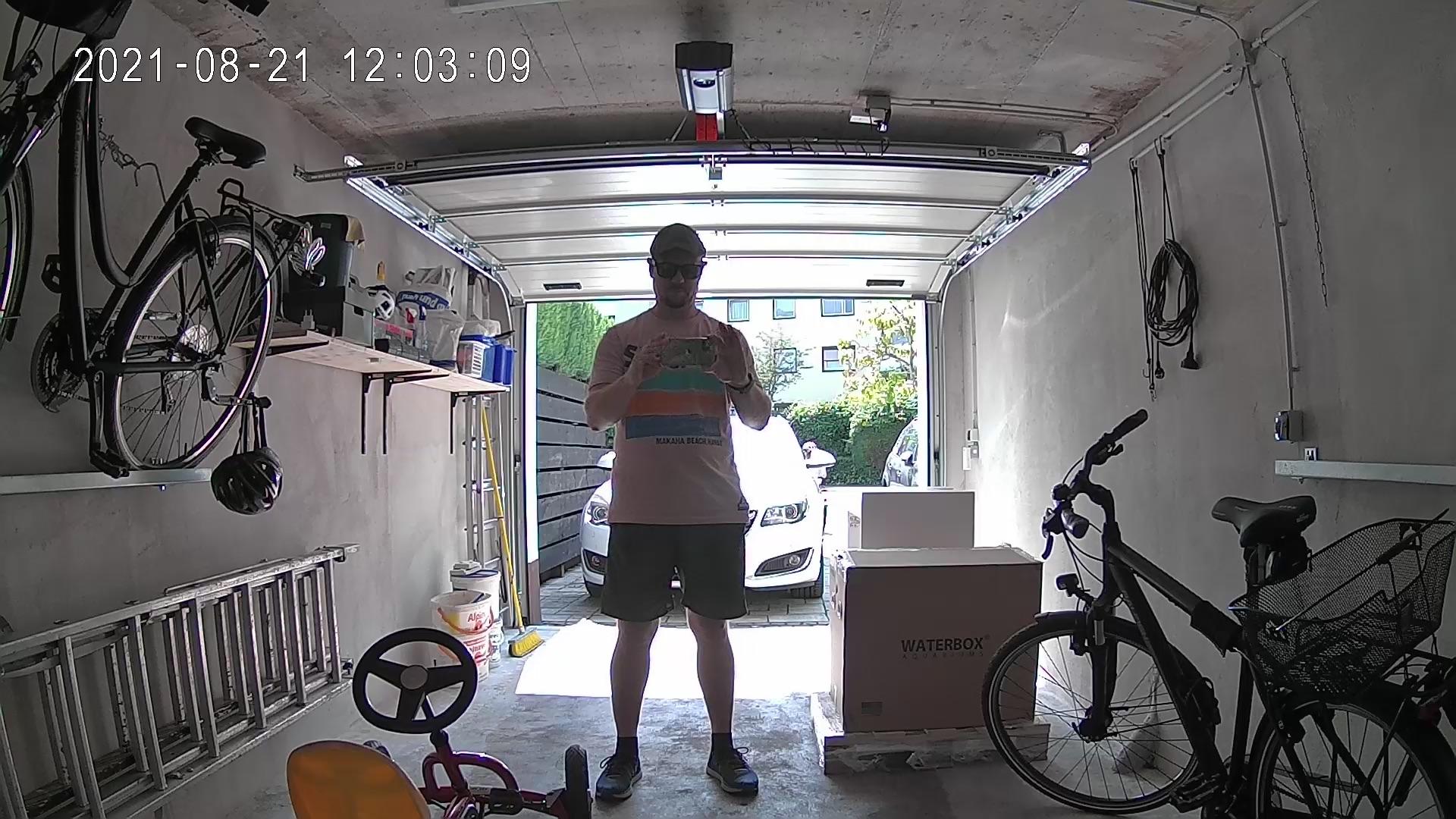 Abbildung einer Aufnahme mit der Switchbot Überwachungskamera am Tag bei Gegenlicht.