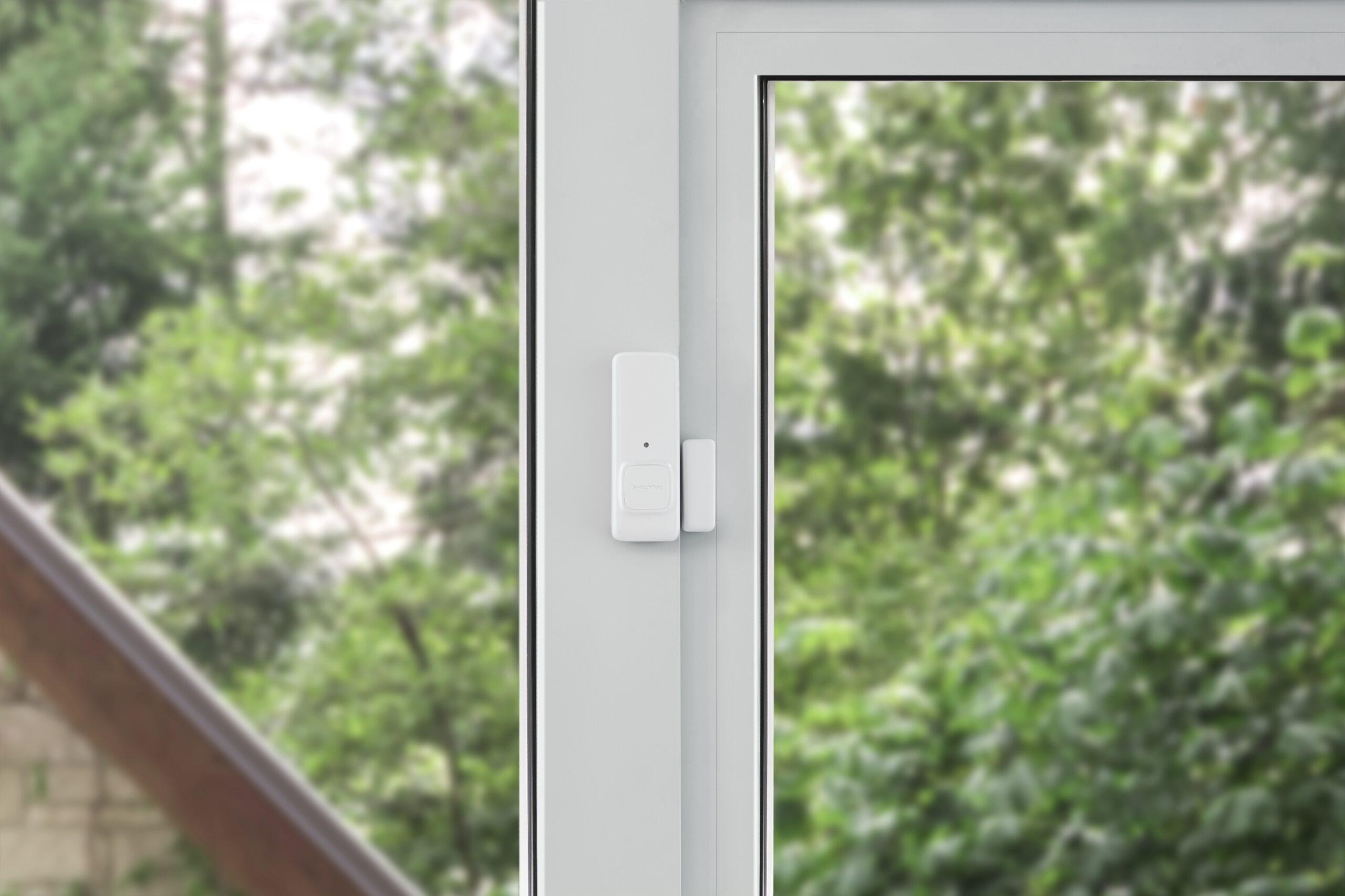 Schaubild, welches beispielhaft den Einsatz des Switchbot Contact Sensor an einem Fenster zeigt.