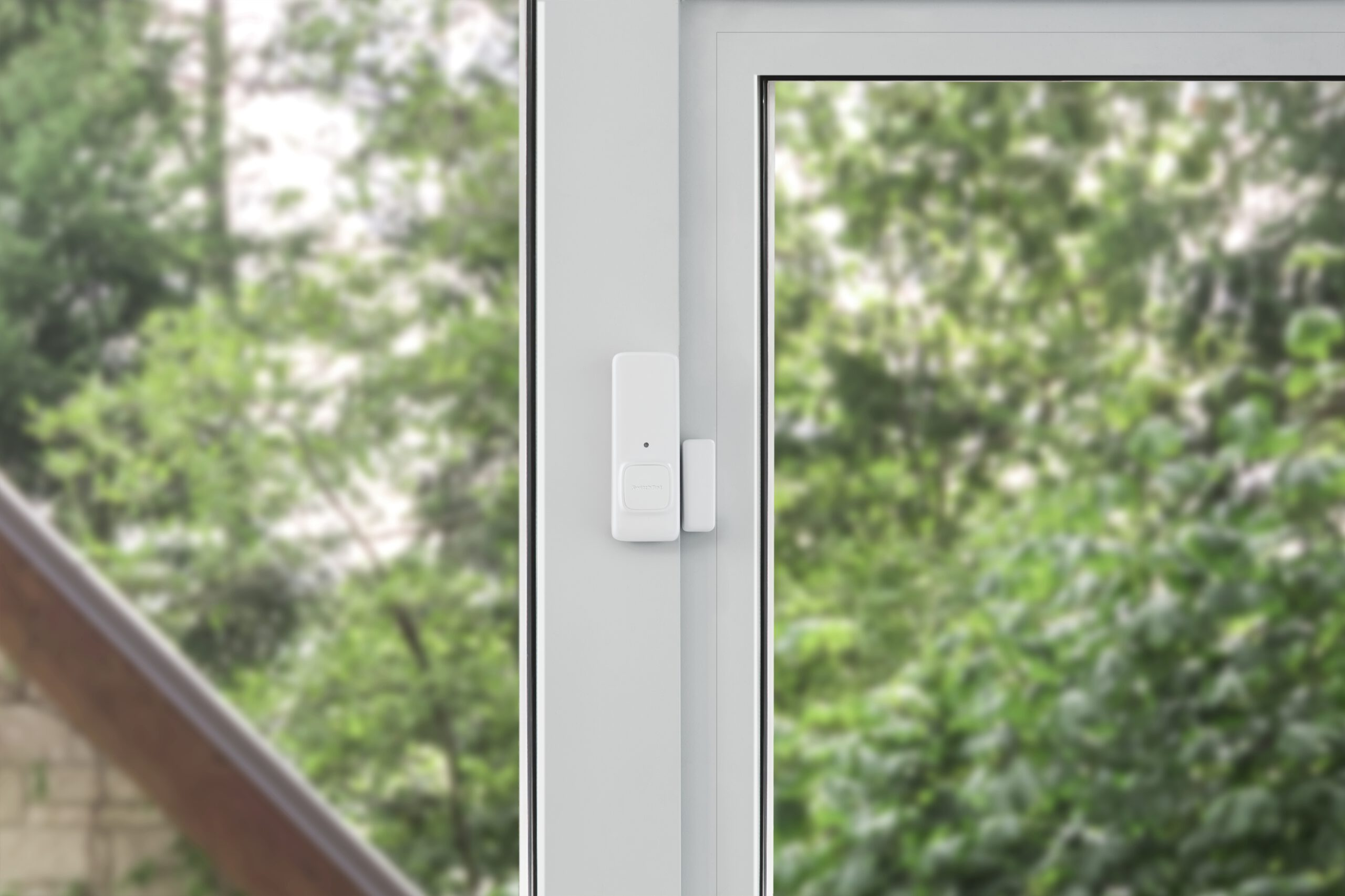 Befestigung des SwitchBot Kontaktsensor an einem Fensterrahmen.